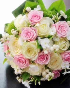 זר כלה ורדים ורודים לבנים