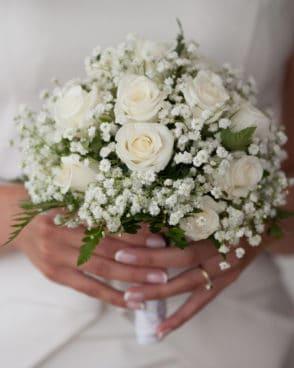 ורדים לבנים עם גבסנית